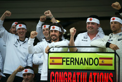 (L to R): Fernando Alonso, McLaren celebrates his 250th GP with Eric Boullier, McLaren Racing Director, Jenson Button, McLaren, and the team