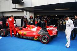 Lewis Hamilton, de Mercedes AMG F1 W06 ve el Ferrari SF15-T de Sebastian Vettel, Ferrari en parc ferme