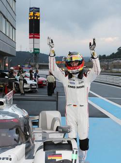 Ganador Timo Bernhard, Porsche equipo celebra en parc ferme