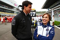 Toto Wolff, Mercedes AMG F1 en Claire Williams, Williams Deputy  op de grid