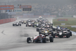 Race 3 Start: Felix Rosenqvist, Prema Powerteam Dallara Mercedes-Benz aan de leiding