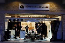 Pastor Maldonado, Lotus F1 E23 pit garaje