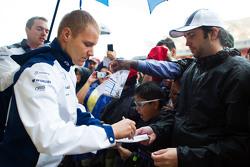 Valtteri Bottas, Williams firma autógrafos para los fans