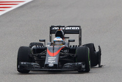 Fernando Alonso, McLaren MP4-30 with a puncture