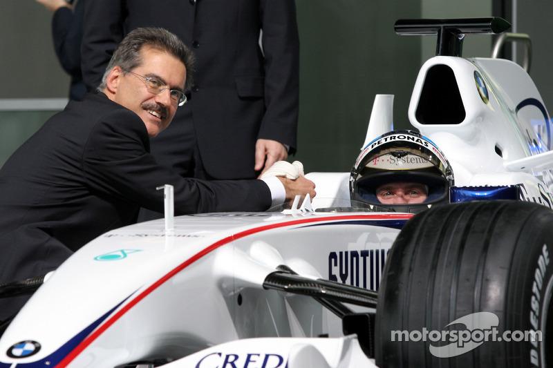 Dr. Mario Theissen, BMW Sauber F1 Team, BMW Motorsport Director shake hands