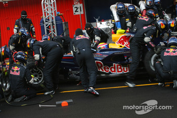 Mark Webber, Red Bull Racing, RB4 practice pitstop