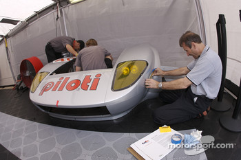 David Murry helps prepare the Robertson Racing Doran Ford GT-R