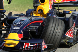 David Coulthard, Red Bull Racing, damaged car after crashing