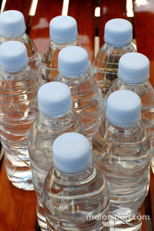 Renault F1 drivers training in Bahrain: water bottles