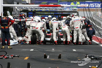 Jarno Trulli, Toyota F1 Team during pitstop