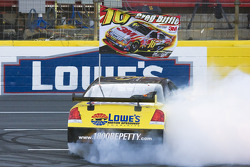 Burnout contest: Greg Biffle competes in the burnout contest