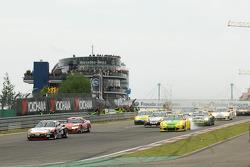 Start: #4 Hankook / H&R Spezialfedern Porsche 911: Jürgen Alzen, Christian Menzel, Markus Gedlich, Christian Abt leads