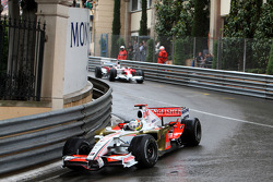 Adrian Sutil, Force India F1 Team leads Jarno Trulli, Toyota Racing
