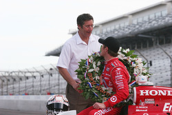 Tony George congratulates Scott Dixon