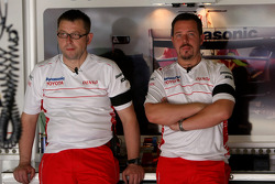 Toyota F1 Team, mechanics and engineers wearing armbands in memory of Ove Anderson