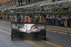 #7 Team Peugeot Total Peugeot 908: Marc Gene, Nicolas Minassian, Jacques Villeneuve back in the pit with handling issues