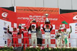 GT500 podium: race winners Joao Paulo Lima De Oliveira and Seiji Ara, second place Michael Krumm and Masataka Yanagida, third place Ryo Michigami and Takashi Kogure