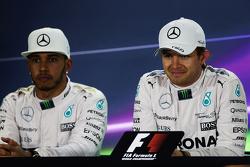 排位赛第二名刘易斯·汉密尔顿,梅赛德斯车队;杆位得主尼科·罗斯伯格,梅赛德斯车队,在排位赛后FIA新闻发布会
