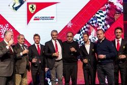 从左到右:皮耶罗·法拉利、阿米迪欧·费立萨(Amedeo Felisa)、基米·莱科宁、毛里奇奥·阿里瓦贝内、塞尔吉奥·马尔奇奥尼 、塞巴斯蒂安·维特尔、埃斯特班·古铁雷兹