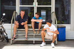 围场阴凉处的闲聊:理查德·布拉德利(中)、希恩·盖勒埃尔(右)