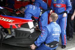 维修机械故障:福特奇普·甘纳西车队67号福特GT:莱恩·布里斯科、理查德·韦斯特布鲁克、史蒂芬·穆克