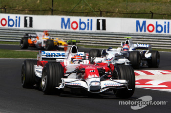 Timo Glock, Toyota F1 Team, TF108 leads Robert Kubica, BMW Sauber F1 Team, F1.08