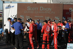 Dan Wheldon about to surprise Scott Dixon