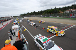 Start crash of Felix Porteiro, BMW Team Italy-Spain, BMW 320si and Gabriele Tarquini, SEAT Sport, SEAT Leon TDI