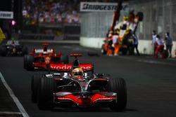 Nelson A. Piquet, Renault F1 Team, crashed, Lewis Hamilton, McLaren Mercedes, MP4-23 passes