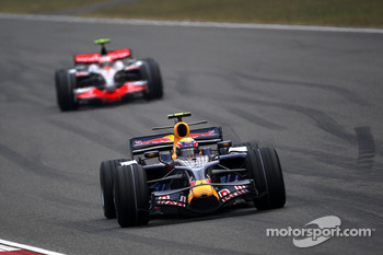 Mark Webber, Red Bull Racing leads Heikki Kovalainen, McLaren Mercedes