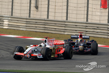 Adrian Sutil, Force India F1 Team leads Sébastien Bourdais, Scuderia Toro Rosso