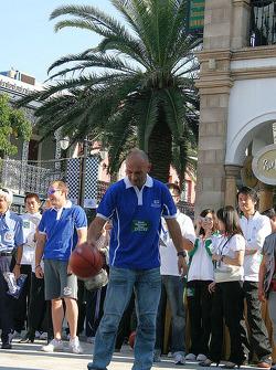 Basketball shootout: Gabriele Tarquini shows off his ball skills