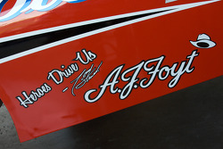 'Heroes Drive Us' decal on the car of Tony Stewart, Stewart-Haas Racing Chevrolet