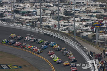 Mark Martin, Hendrick Motorsports Chevrolet, Kyle Busch, Joe Gibbs Racing Toyota, lead the field