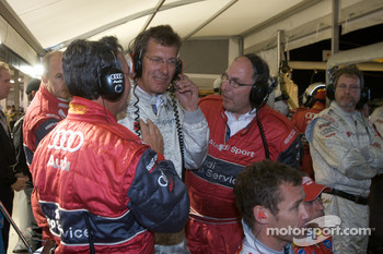 Heavy discussions in the Audi pit area as Ralf Juttner and Audi Sport team members have to decide on the late race strategy