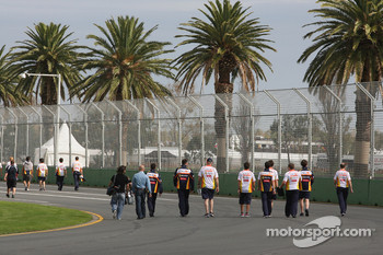 The Renault team walk the circuit with Fernando Alonso, Renault F1 Team