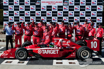 Victory lane: race winner Dario Franchitti, Target Chip Ganassi Racing celebrates with his team