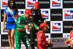 Podium: champagne for race winner Dario Franchitti, Target Chip Ganassi Racing, second place Will Power, Team Penske, third place Tony Kanaan, Andretti Green Racing