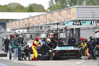 Pit stop for #1 Vitaphone Racing Team Maserati MC 12: Michael Bartels, Andrea Bertolini