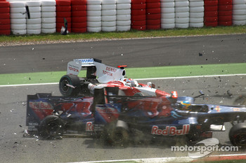 Jarno Trulli, Toyota F1 Team, Sbastien Bourdais, Scuderia Toro Rosso, Sebastien Buemi, Scuderia Toro Rosso crash