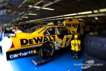 Matt Kenseth's crew makes adustments to the DeWALT Ford
