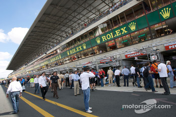 Pitlane activity during pre-race