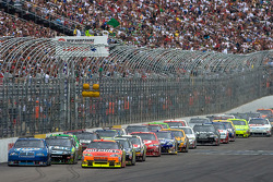 Jeff Gordon, Hendrick Motorsports Chevrolet and Kurt Busch, Penske Racing Dodge lead the field