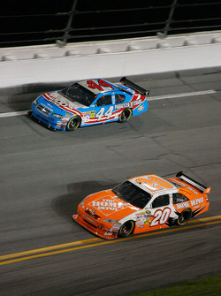 Joey Logano, Joe Gibbs Racing Toyota, A.J. Allmendinger, Richard Petty Motorsports Dodge