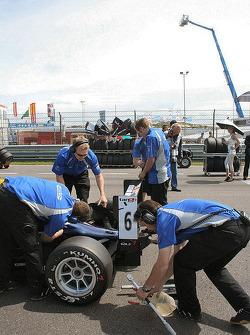 Panic around Ricciardo's car