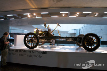 Birth of the brand: 1900 the first modern automobile