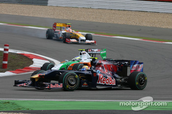 Sebastien Buemi, Scuderia Toro Rosso against Giancarlo Fisichella, Force India F1 Team
