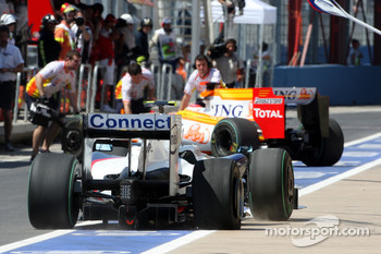 Nick Heidfeld, BMW Sauber F1 Team with a puncture after crashing with Fernando Alonso, Renault F1 Team