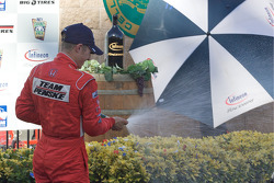 Podium: Ryan Briscoe, Team Penske celebrates with champagne