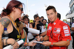 Nicky Hayden, Ducati Marlboro Team signs autographs